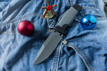 Fixed knife with Christmas toys.