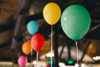 Indoor decoration with balloons for a baby birthday party