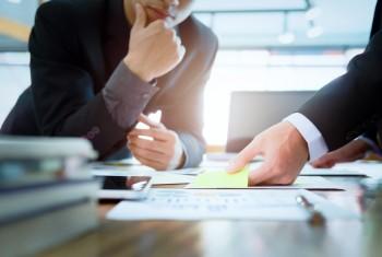 Businessmen teamwork brainstroming meeting to discuss plan start