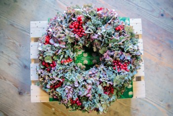 Home Made Dried Hydrangea Flowers Crown Decoration with Red Berr